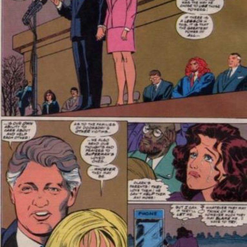 Como dato curioso, Bill Clinton, entonces presidente, aparece al lado de Hillary en el funeral de Superman. Foto:vía DC Cómics