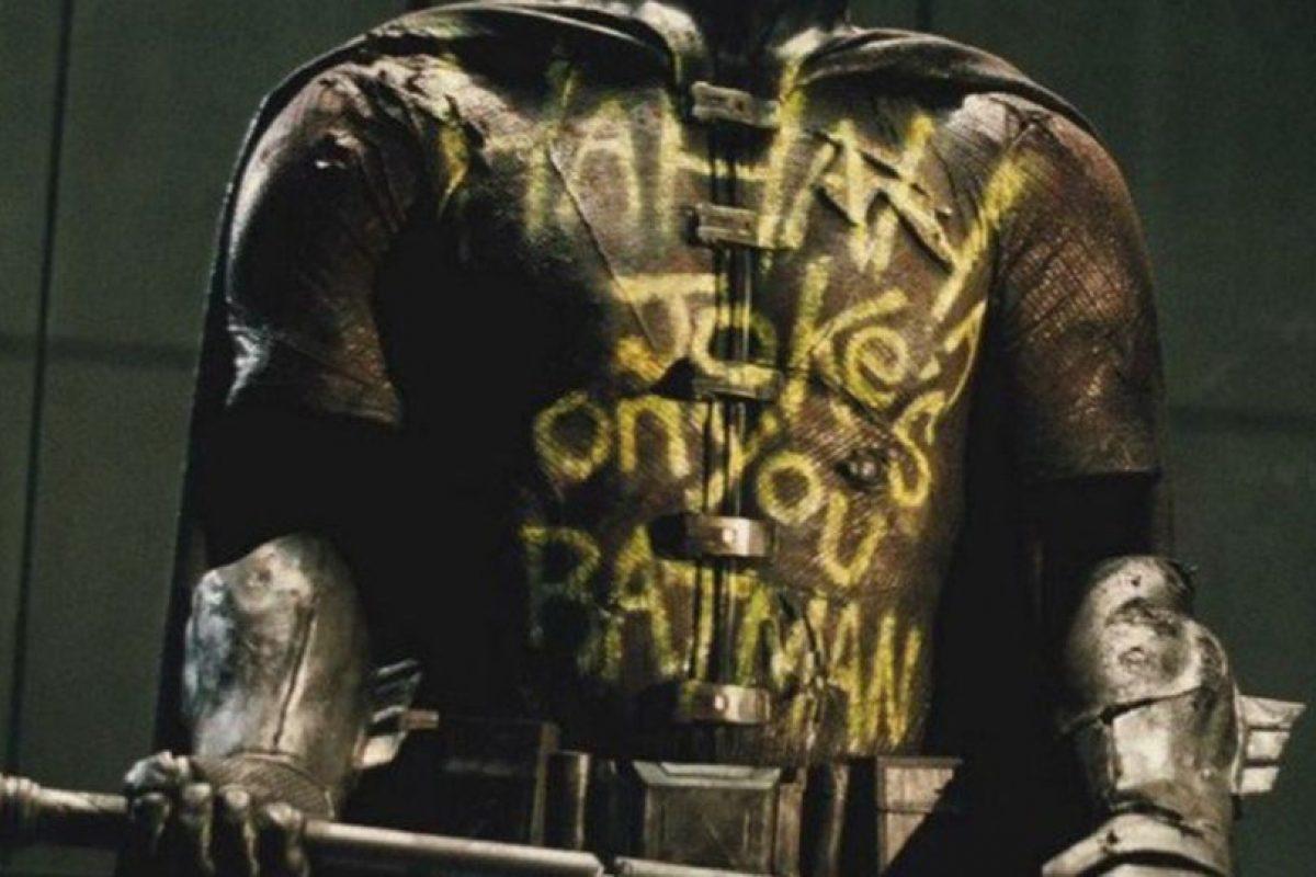 """10. La muerte de Robin: este traje que guarda Bruce Wayne es una referencia a la muerte de Robin a manos del Joker en """"Death of the Family"""", cómic que apareció en 1988-1989. Foto:vía DC Cómics/Warner Bros"""