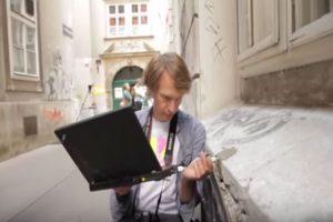 Aram Bartholl es un artista alemán que explora con el uso cotidiano de la tecnología. Foto:Aram Bartholl/YouTube