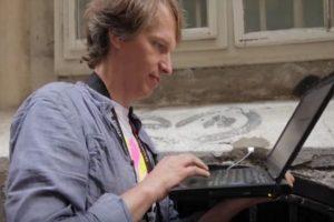 Bartholl es parte del grupo de artistas F.A.T. Lab. Foto:Aram Bartholl/YouTube