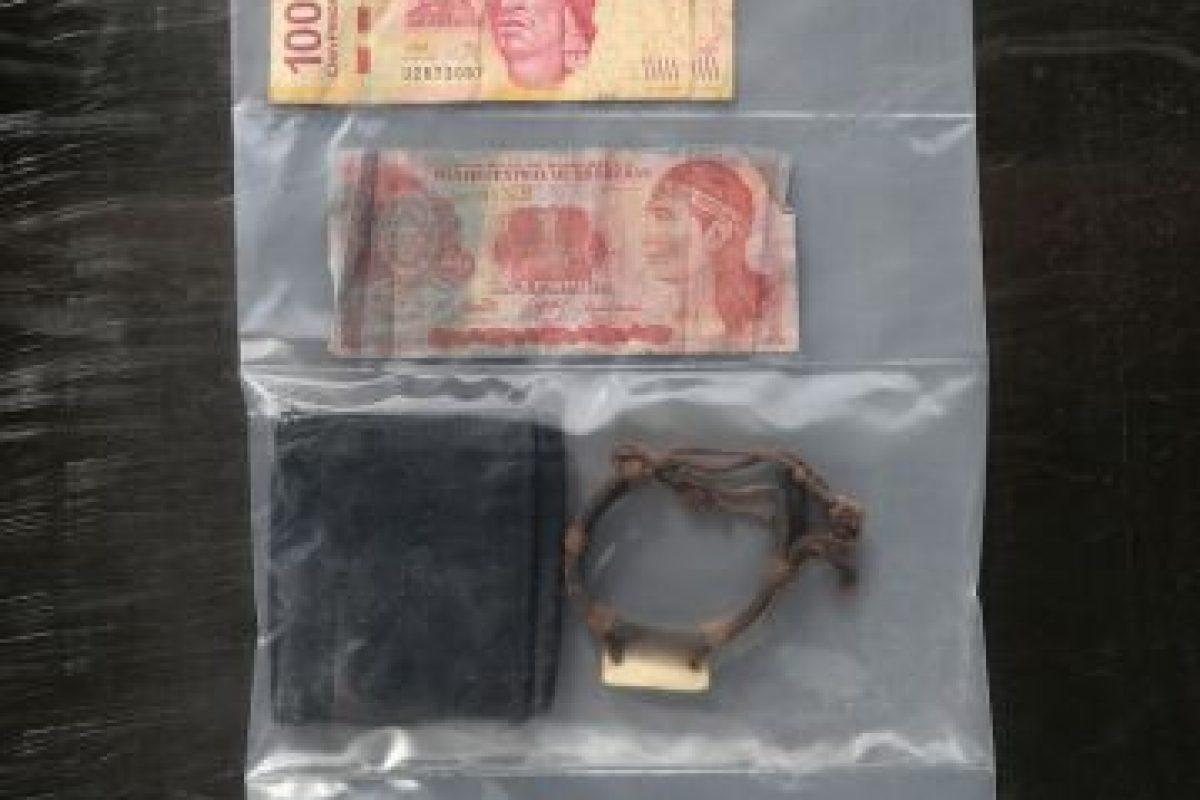Algunos de los objetos personales de migrantes fallecidos, encontrados por la Patrulla Fronteriza Foto:Getty Images