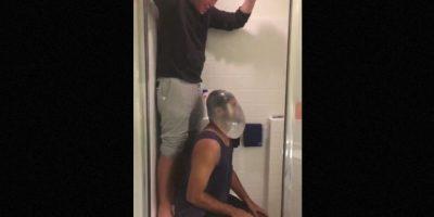 #CondomChallenge: el reto consistía en llenar un preservativo on agua y pedir a un amigo que lo arroje sobre la cabeza, haciendo que e se envuelva el rostro sin que se rompa el condón. Foto:Vía Twitter