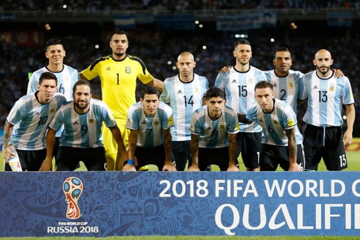 Enseguida terminó el himno de Bolivia, comenzaron a sonar las notas del himno de Argentina… Foto:Getty Images