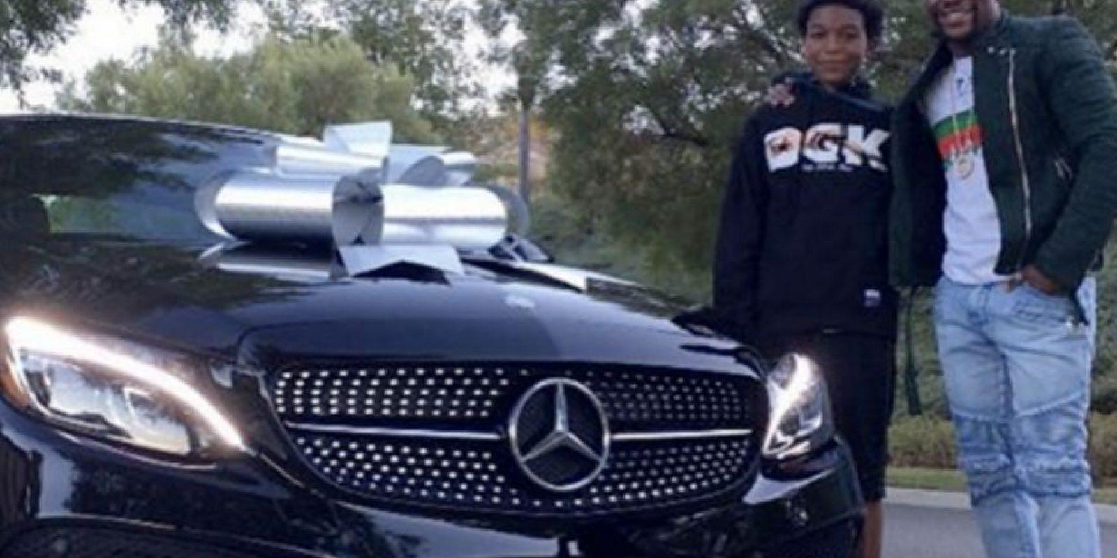 El pasado mes de noviembre consintió a su hijo mayor, Koraun, con un Mercedes Clase C Coupé de 40 mil dólares. Foto:Vía instagram.com/floydmayweather