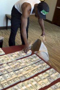 """""""Money"""" publica en sus redes sociales todo lo que tiene: dinero, autos, viajes, joyas, y hasta su avión privado. Foto:Vía instagram.com/floydmayweather"""