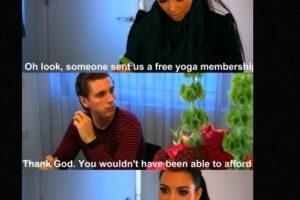 """Porque sabe trollear a Kim. En esta escena, ella dice : """"¡Nos mandaron una membresía de yoga gratis"""". Él: """"Menos mal, porque no habrías sido capaz de pagarla"""". Foto:vía E!"""