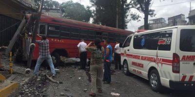 Accidente de autobús deja al ayudante muerto dentro de la unidad