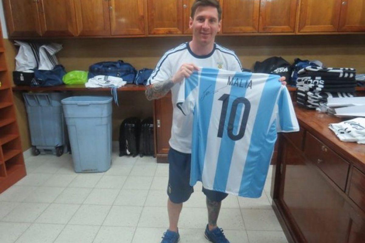 """Y """"Leo"""" les regaló una camiseta autografiada a ambas. Foto:Vía twitter.com/Argentina"""