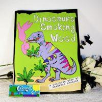 """""""Dinosaurios fumando yerba"""". Porque el mundo es hermoso. Foto:vía Amazon"""