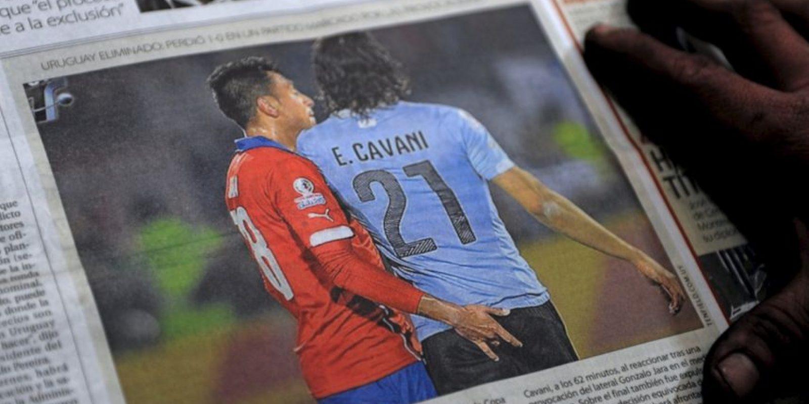 El defensa chileno tuvo este polémico gesto durante el Chile vs. Uruguay de cuartos de final de la Copa América, por lo que Cavani, molesto, respondió con una cachetada que provocó su expulsión. Foto:AFP