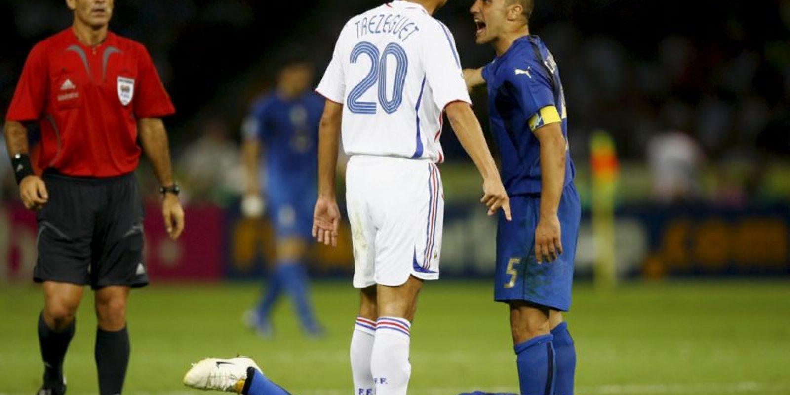 """En la final de Alemania 2006 entre Italia y Francia, estos futbolistas protagonizaron una acción recordada en todo el mundo. Marco Materazzi le dijo algo a Zidane que provocó que el francés respondiera con un violento cabezazo. Después se sabría que tras jalones de camisetas, el italiano ofendió a la hermana de """"Zizou"""" a quien llamó """"pu…"""". Foto:Getty Images"""