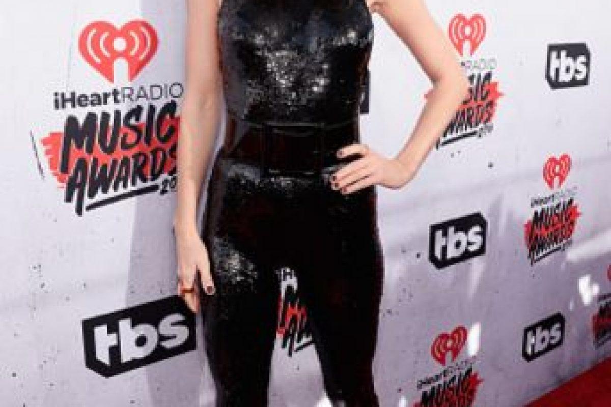 Hay que abonarle a Taylor Swift que se salió de su sobriedad tradicional, para enfundarse a su manera en un traje distinto a lo que representa. Foto:vía Getty Images