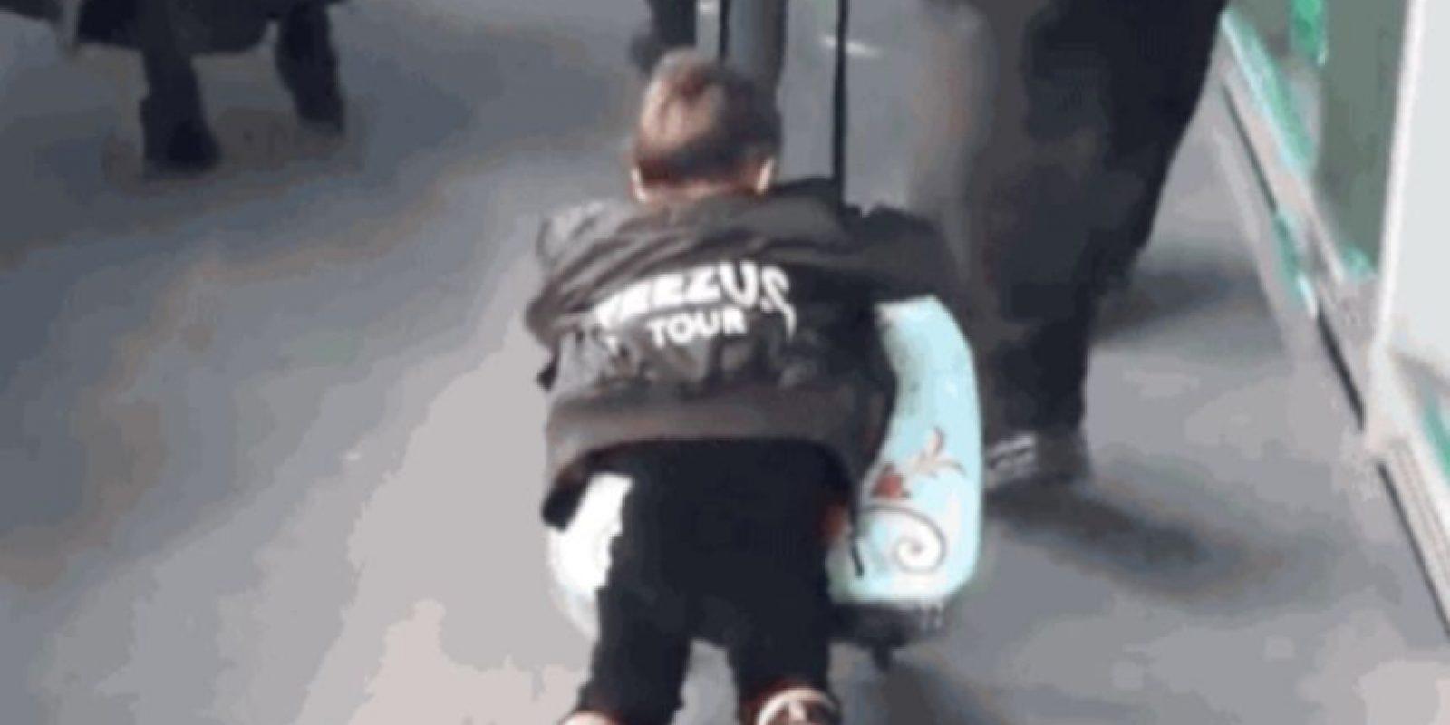 Aquí simplemente decidió viajar sobre el equipaje Foto:Vía Tumblr
