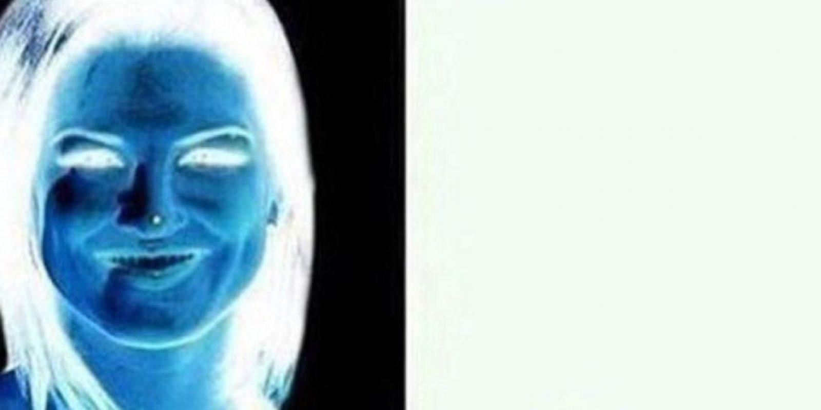 Miren durante 15 segundos el punto en su nariz y luego guíen su vista en la superficie blanca Foto:Twitter