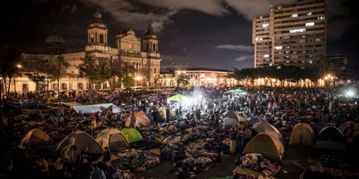 En imágenes. Así pasan la noche los maestros en la Plaza de la Constitución