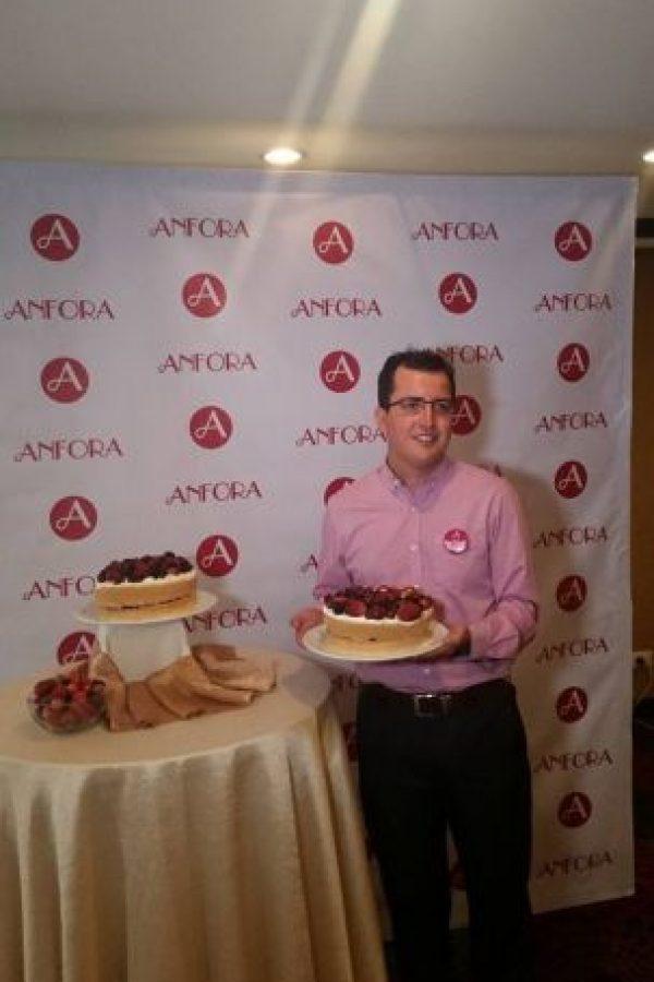 Juan Carlos Pacheco presenta el nuevo pastel de Anfora Foto:Publinews