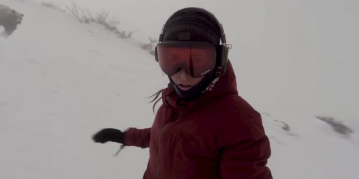 Mujer practicaba snowboard sin saber que un oso la perseguía