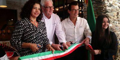 Embajadora Mabel Gómez, Peter Huson y Ricardo Barnoya cortan el listón. Foto:Publinews