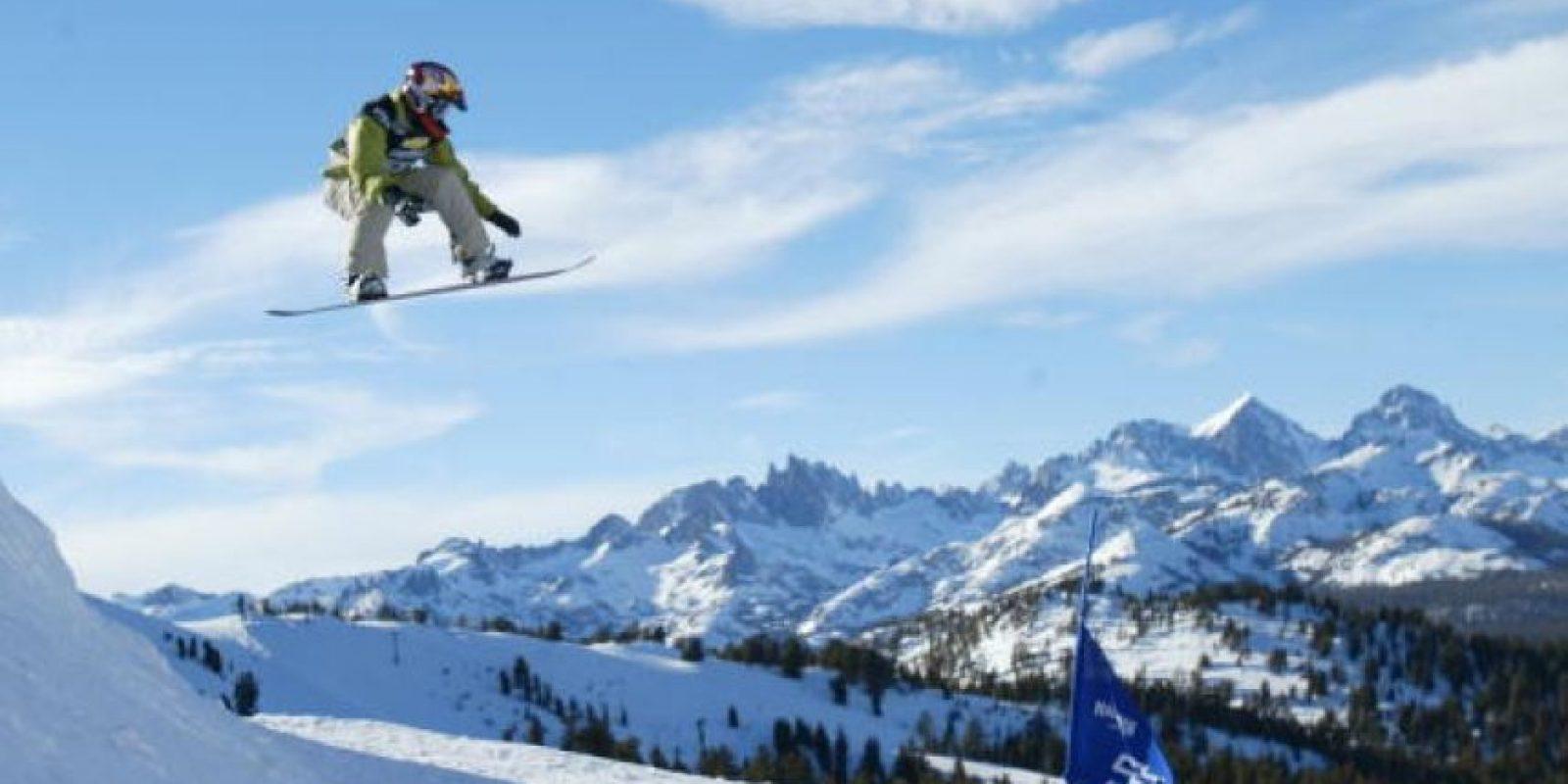 Es un deporte en el que debe tratar de deslizarte sobre la nieve subido a una tabla Foto:Getty Images