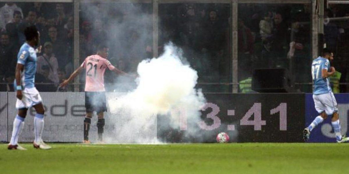 Video: Petardo explota cerca de Antonio Candreva en partido Palermo vs Lazio, Serie A 2016