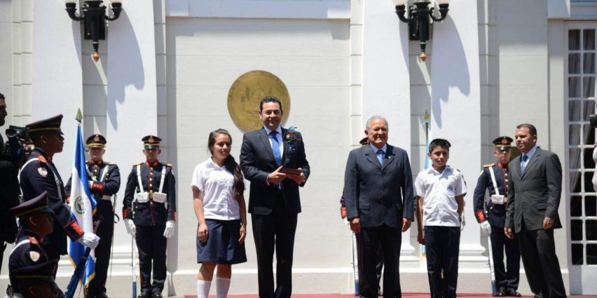 Jimmy Morales habla de seguridad y comercio con presidente de El Salvador