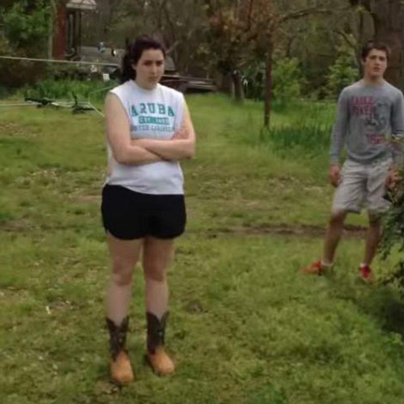 Mientras ella disparaba, su hija estaba presente. Foto:YouTube/Josh Smith
