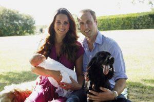 """Los duques de Cambridge también posaron con """"Lupo"""", en la foto en la que presentaron al Príncipe George Foto:Getty Images"""
