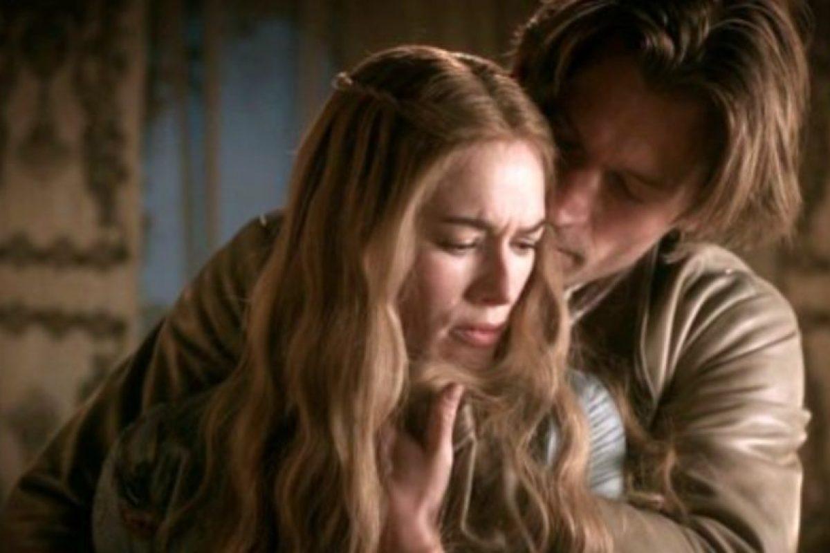 """Jaime y Cersei Lannister, de """"Juego de Tronos"""", han tenido tres hijos en común. Dos ya están muertos y ella es la que manda en la relación. Tuvo que matar a su marido, el rey Robert, que hubiera descubierto el secreto. Foto:vía HBO"""