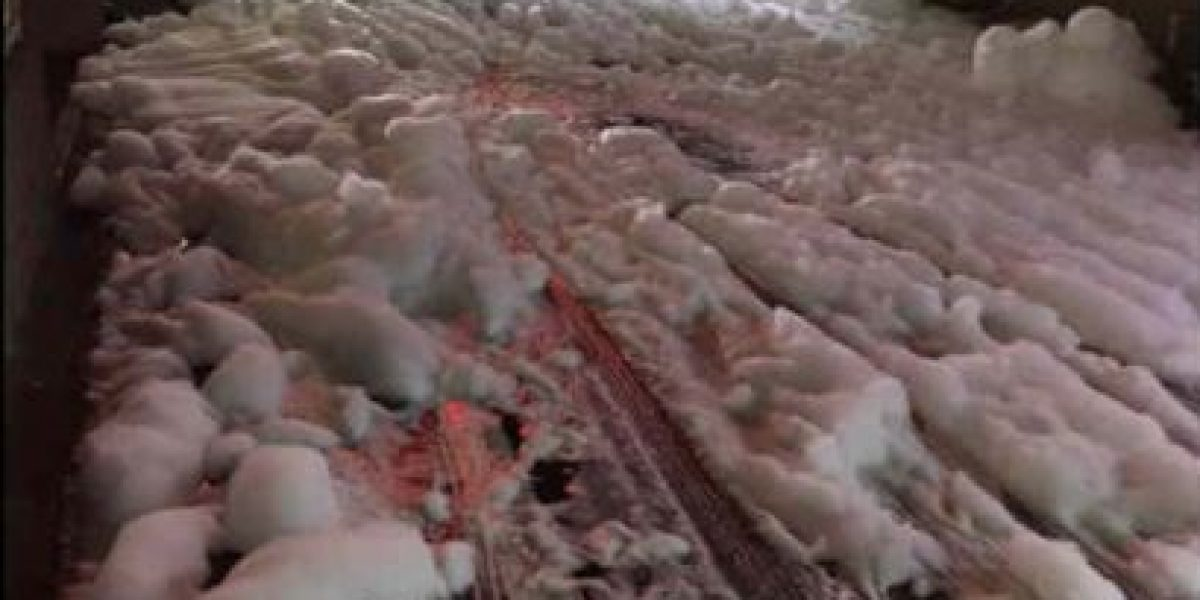 Misteriosa espuma cubre ciudad japonesa luego de terremotos