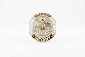 Con este anillo, los Lakers despidieron a Kobe Bryant. Foto:nba.com