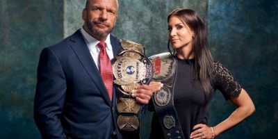 Estrellas de la WWE posan con títulos de la