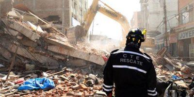 Autoridades usan maquinaria pesada para hacer más hábil el rescate. Foto:AP