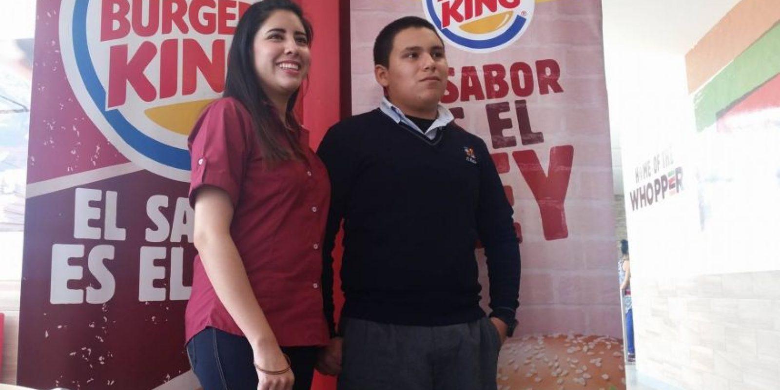 Arlyne García, relacionista pública de Burger King y Erick Turcios, ganador del segundo lugar en 2015. Foto:Publinews