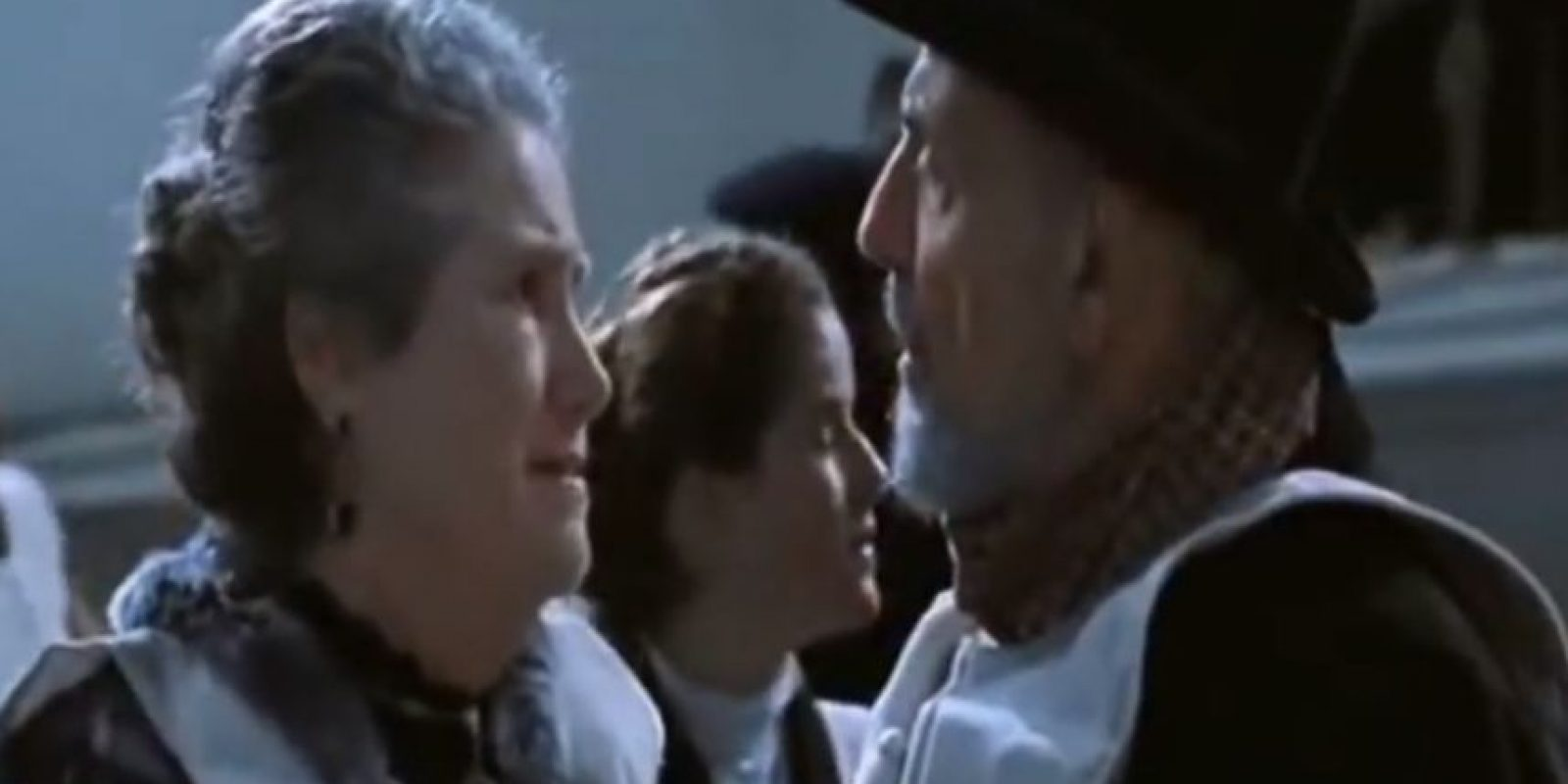 Él quiere que ella se vaya, pero esta es inflexible. Le dice que han sido esposos por 40 años y que no le discuta, ya que ella gana. Al final, mueren los dos. Foto:Fox