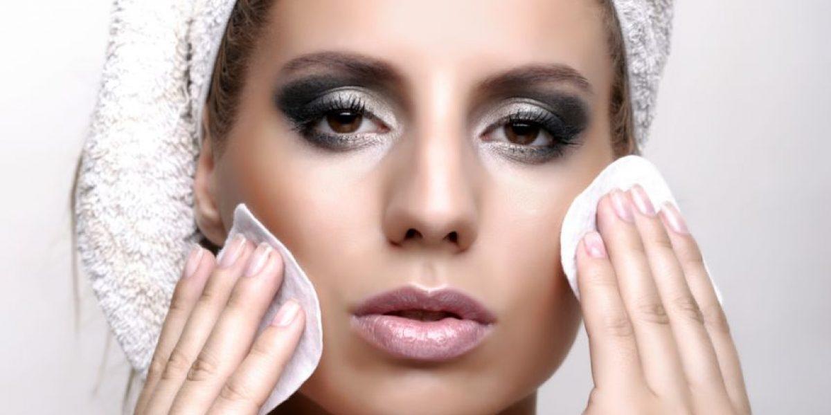 Las consecuencias de no quitarte el maquillaje antes de dormir