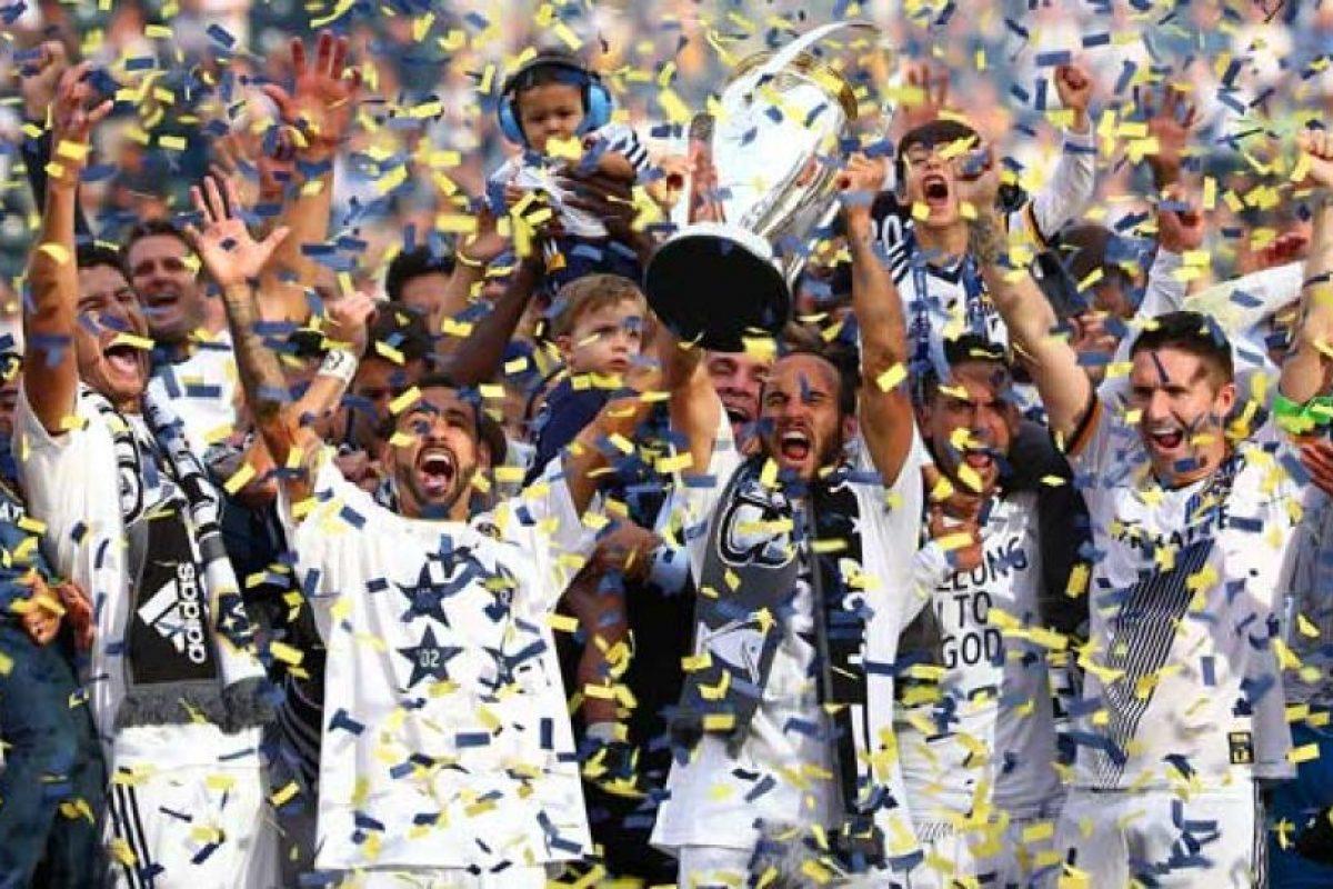 Está integrada por 20 equipos divididos en dos conferencias, Este y Oeste, que juegan 34 partidos en la campaña regular. Foto:Getty Images