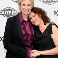 Jane Lynch y Embry Lara Foto: Getty Images
