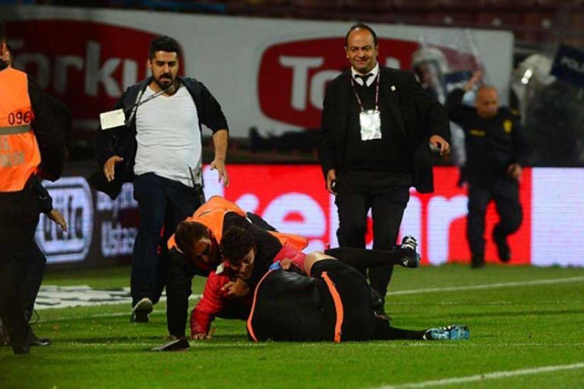 Hasta que los miembros del equipo de seguridad arrestaron a su agresor. Foto:Getty Images
