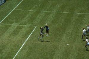 2. El 22 de junio de 1986, Diego Armando Maradona anotó uno de los goles más famosos en la historia del futbol… con la mano. Foto:Getty Images