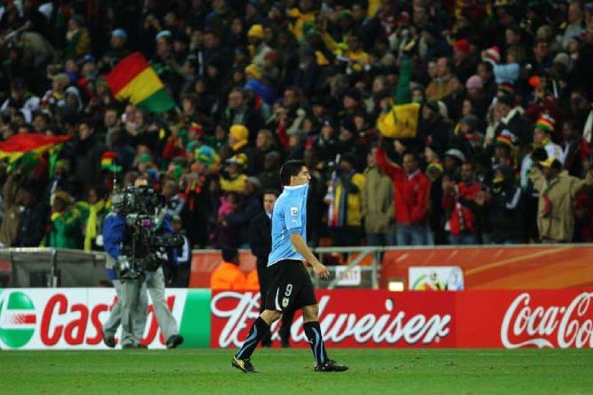 """El atacante fue expulsado y se señaló el penal que fue errado, aunque """"Lucho"""" ya se las había ingeniado para utilizar un método ilícito que evitara la eliminación de la """"Garra Charrúa"""" en la Copa del Mundo. Foto:Getty Images"""