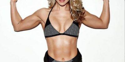 Modelo que fue criticada por su abdomen responde con otra fotografía