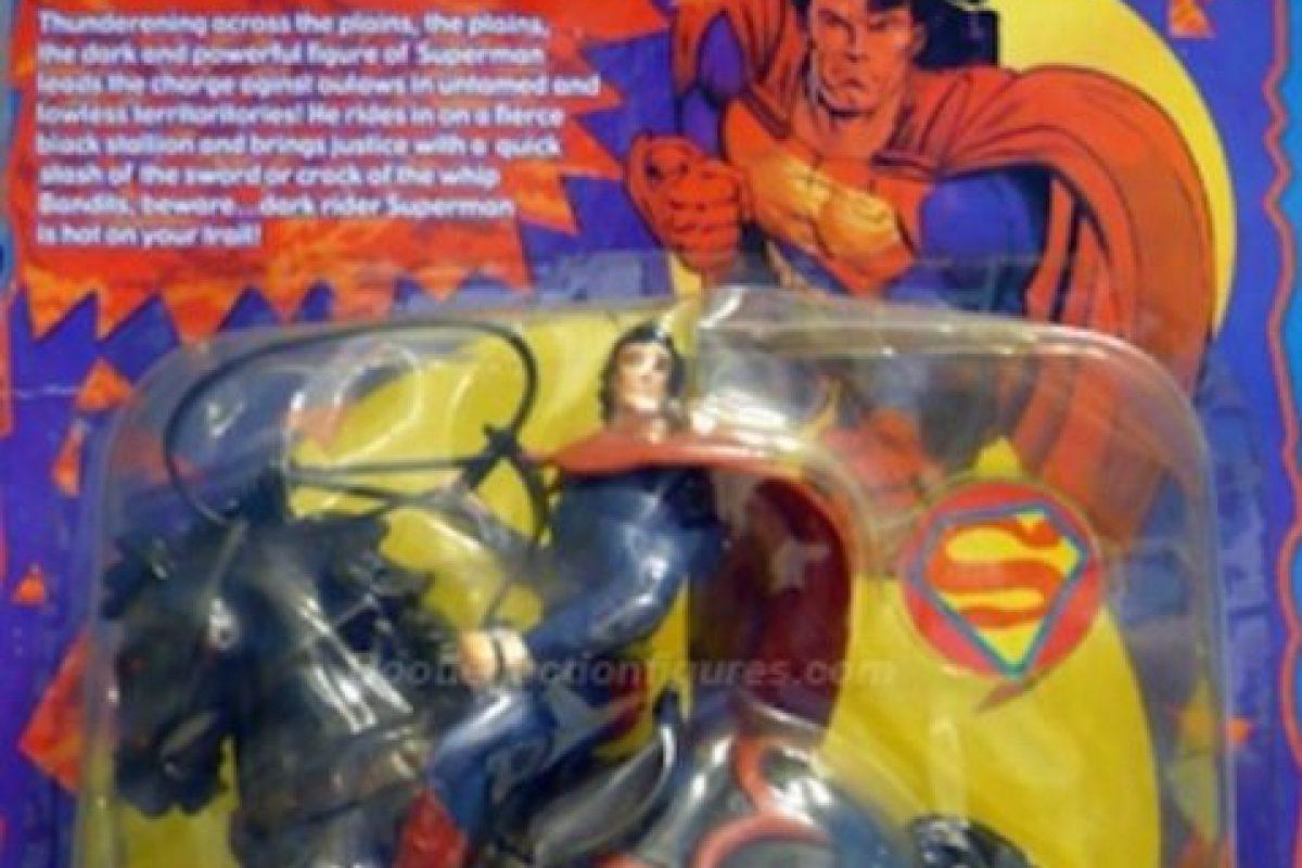 Superman en caballo y con látigo. Foto:vía Tumblr/ Bootleg Action Figures