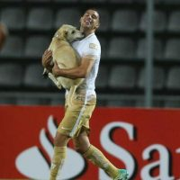 El can entró saltando a la cancha, y Gerardo Alcoba de Pumas, lo sacó cargando. Foto:AP