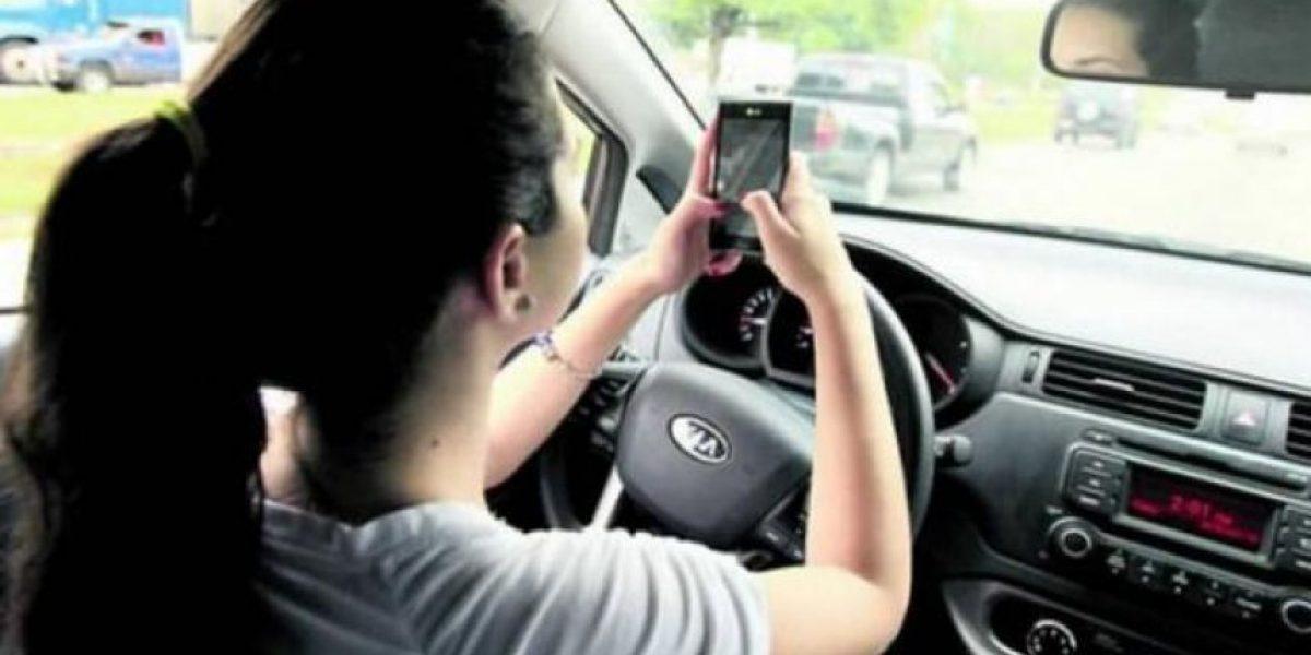 Presentan iniciativa de ley para sancionar si hablas por teléfono mientras conduces