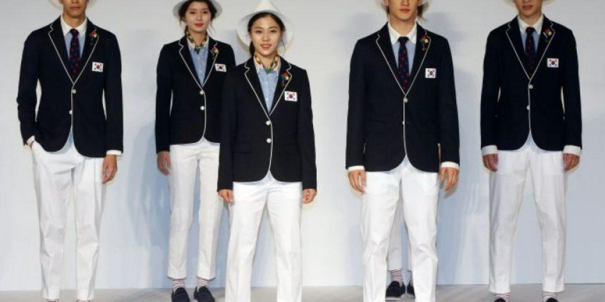 Atletas surcoreanos con vestimenta antimosquitos