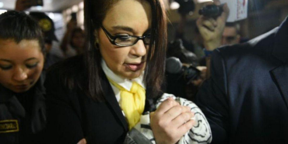 FOTOS. Los pañuelos que Roxana Baldetti usa para cubrirse los grilletes en el caso TCQ