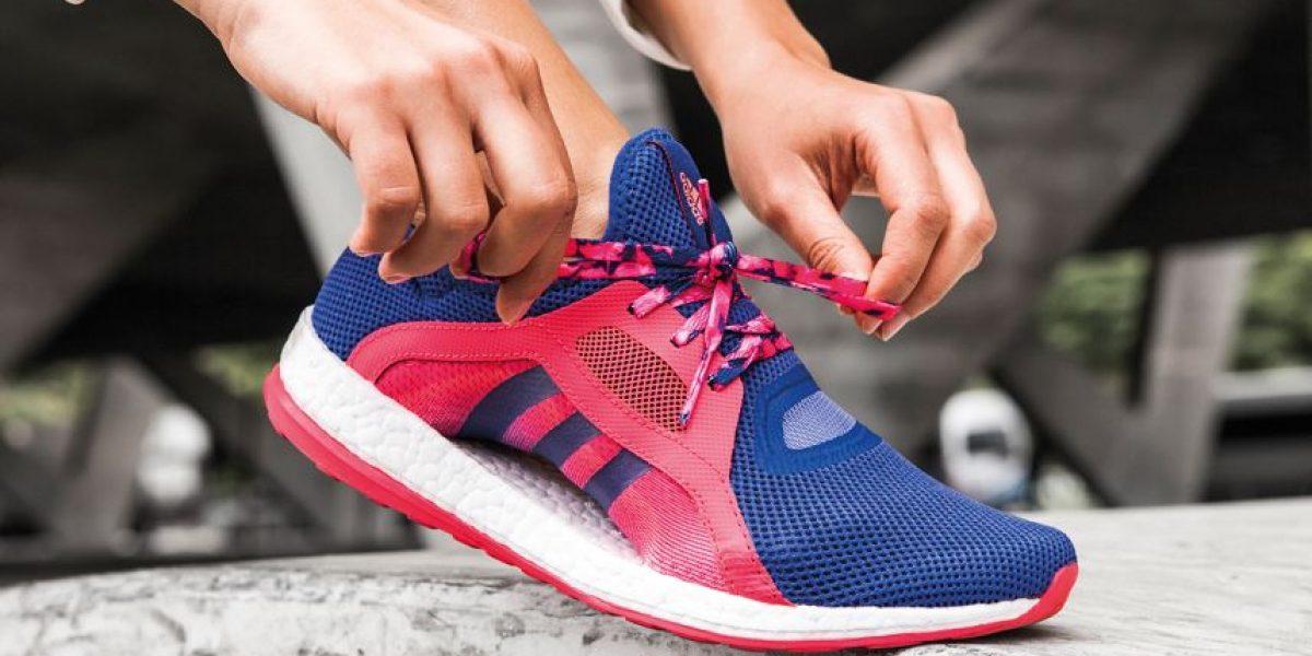 Este zapato deportivo está diseñado para mujeres