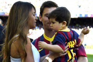 """Su mujer Antonella Roccuzzo y el pequeño Thiago acompañan a un partido del Barça a la """"Pulga"""" Foto:Instagram: @leomessi"""