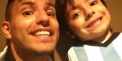 Sergio Agüero al lado de Benjamín, su hijo y el nieto de Diego Armando Maradona Foto:Instagram: @aguerosergiokun