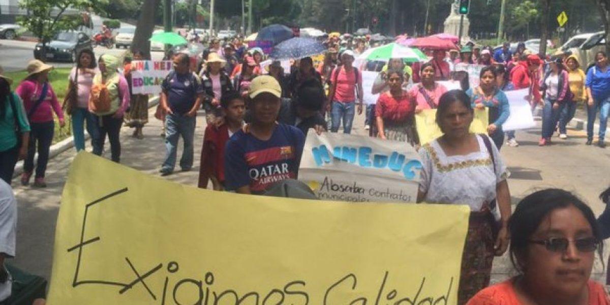 Niños que acompañan manifestación de maestros quieren estos cambios